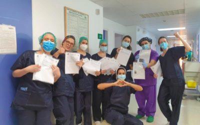 Alumnat de Salesians Mérida reparteixen missives als sanitaris