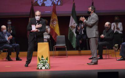 El Colegio Mayor San Juan Bosco recibe con Medalla de la Ciudad de Sevilla por sus 75 años de vida