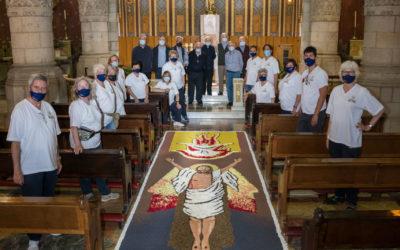 Una alfombra de 6,5m x 1,6m preside la nave central de la cripta del Templo salesiano del Tibidabo